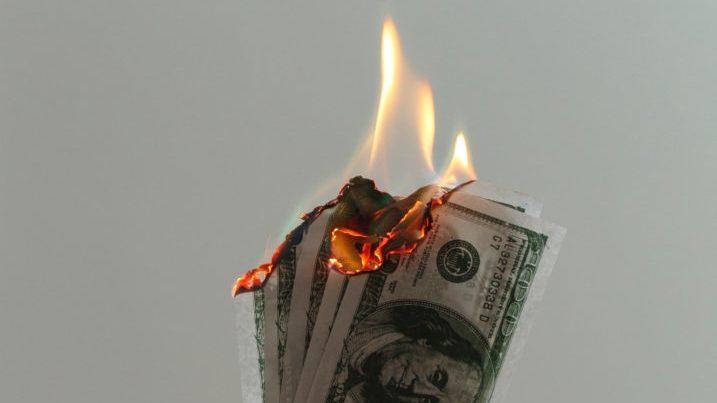 燃え盛るお金