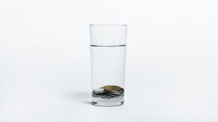 コップの水とコイン