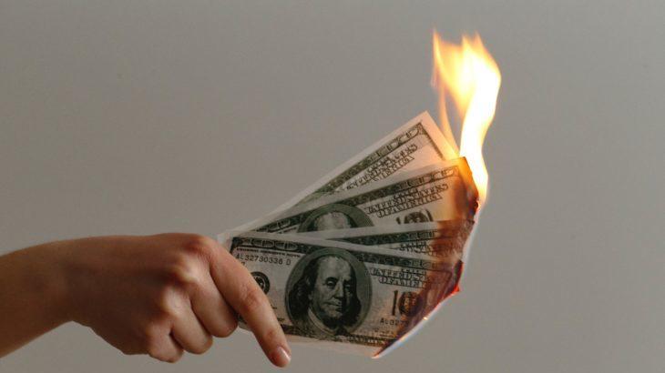 紙幣を燃やす