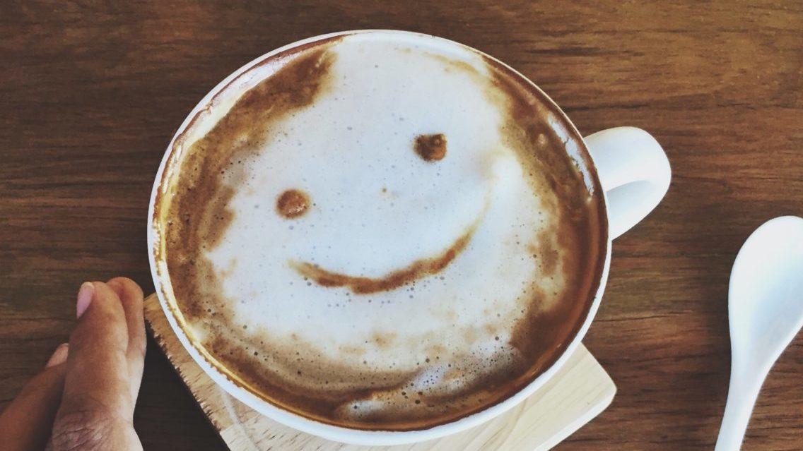 顔が書かれたコーヒー